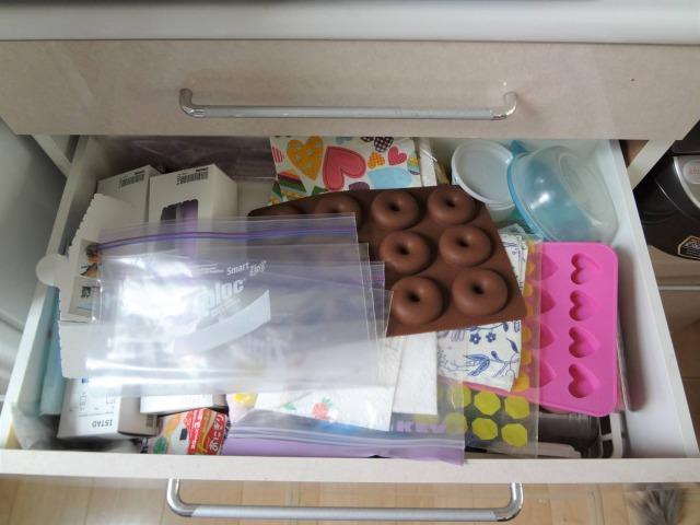 SHIORINAのお片付けサポートキッチン食器棚引き出し2段目BEFORE画像