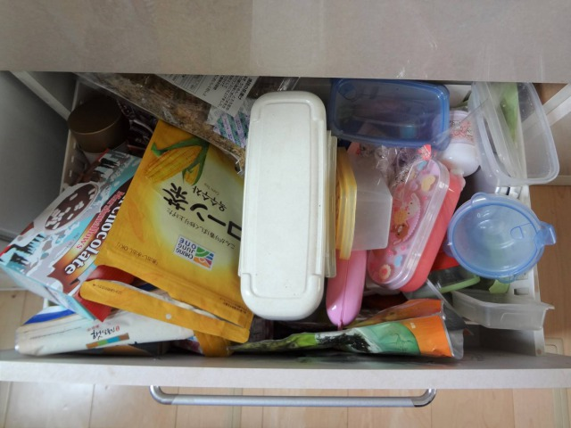 SHIORINAのお片付けサポートキッチン食器棚引き出し3段目BEFORE画像