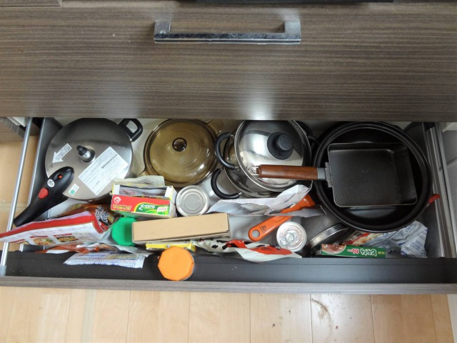 SHIORINAのお片付けサポートキッチンコンロ下2段目BEFORE画像