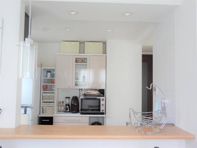 SHIORINAのお片付けサポートキッチンカウンター越しAFTER画像