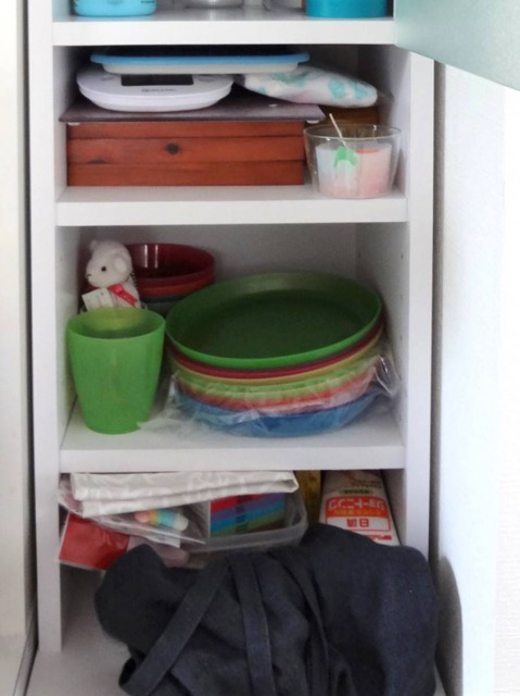 SHIORINAのお片付けサポートキッチン食器棚棚の収納BEFORE画像