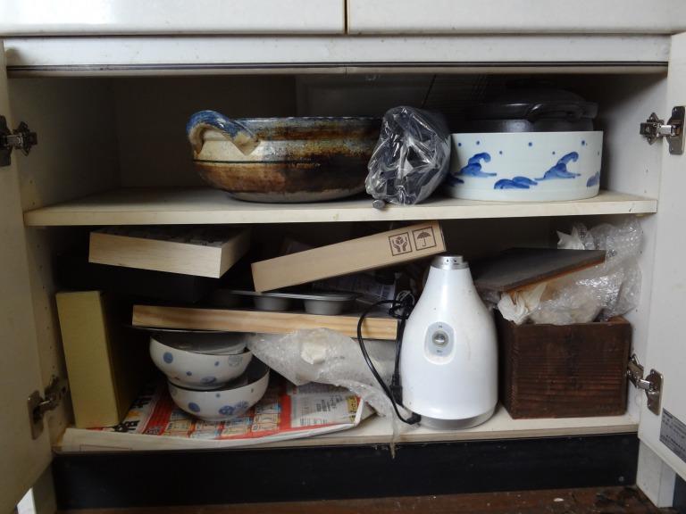 SHIORINAのお片付けサポートキッチン食器棚下部・扉の中BEFORE画像