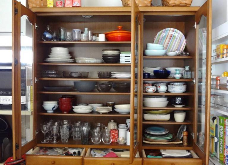 SHIORINAのお片付けサポートキッチン食器棚上段BEFORE画像
